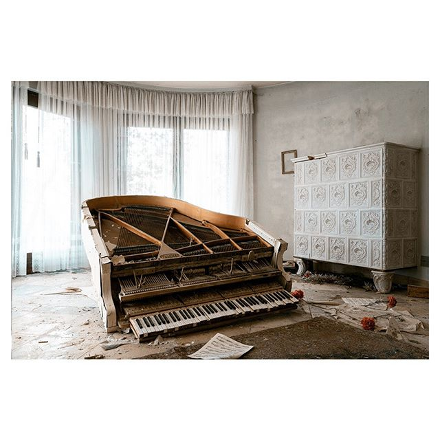 kunst sony pianolove take_magazine artofvisuals sombresociety verlasseneklaviere pianogurus abandonedplaces sonyimages atlasobscura abandonedpianos piano classic sonyalpha sonyalphapro photography pianogram pianist photooftheday emergingartist fotografie fineart theforgottenspaces klavier pianolovers art artist