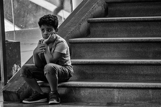 mytravel lisbon people_and_world amateurs_bnw blancetnoir blackandwithe portugal photography lisbonstories child streetphotography photoofday esperar waiting