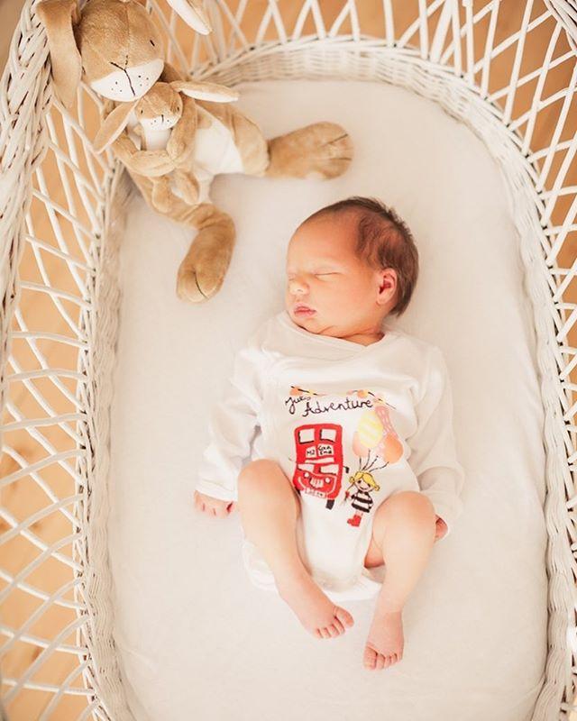 zuhause stubenwagen portraitfotografie persönlich newborn individuality geborgenheit fotografin familyhomestory bonn babyfotografie anneservosfotografie